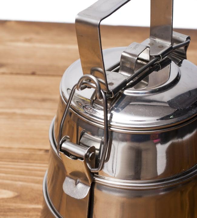 【3段】インドの弁当箱[22cm] 3 - あけるときは横の留め金を起こします