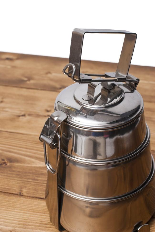 【3段】インドの弁当箱[22cm] 4 - 留め具をぱちんと開けた様子
