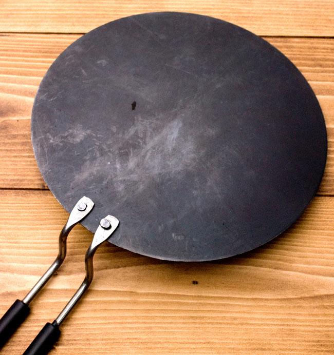 鋼鉄製のチャパティパンの写真2 - 裏面です