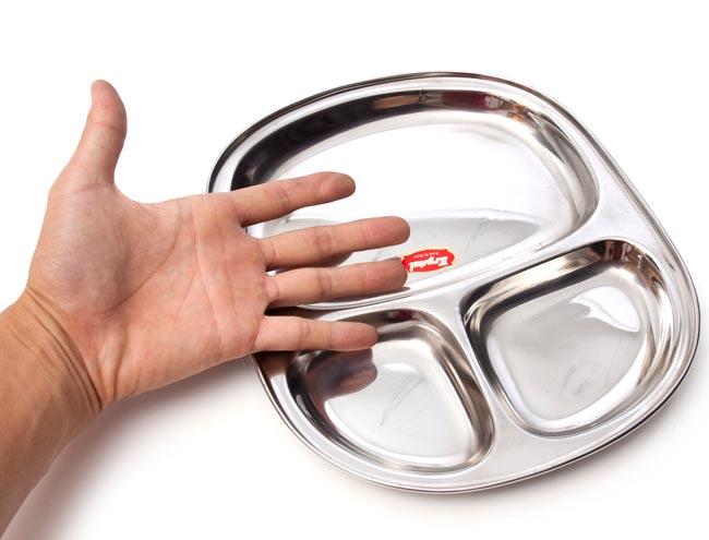 3分割角丸カレー皿[約27.5cm x 24cm] 4 - 手の大きさと比較してみたところです