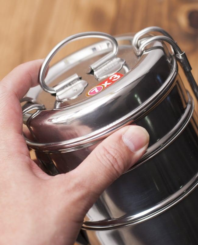 3段インド弁当箱 【直径:11cm 高さ:13.5cm】の写真4 - てっぺんには取っ手が付いているのもうれしい