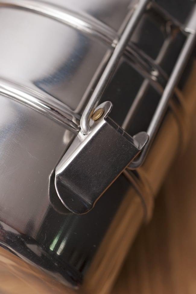 3段インド弁当箱 【直径:11cm 高さ:13.5cm】の写真5 - こちらの留め具をパチンと操作して開閉します。