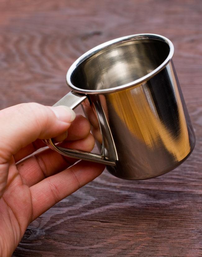 ステンレスのマグカップ [小:直径約7cm×高さ約7.5cm] 4 - 手で持つとこれくらいの大きさです。