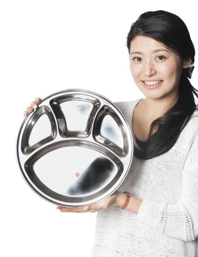 カレー丸皿【32cm】 7 - 手で持ってみるとこれくらいの大きさです。