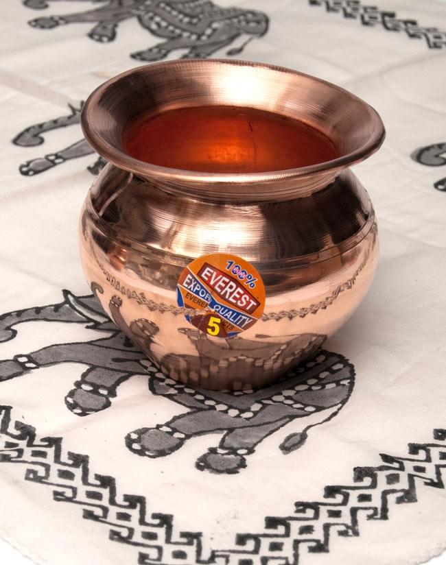 インドの水さし【銅】[9.7cm] 4 - 布の上において撮影しました。(表面のシールは柄が変更になる場合があります。)