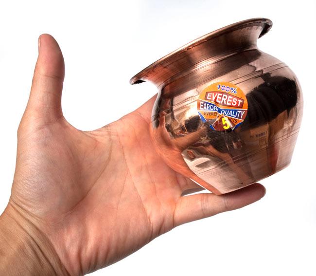 インドの水さし【銅】[9.7cm] 5 - サイズ比較のために手に持って撮影してみました。(表面のシールは柄が変更になる場合があります。)