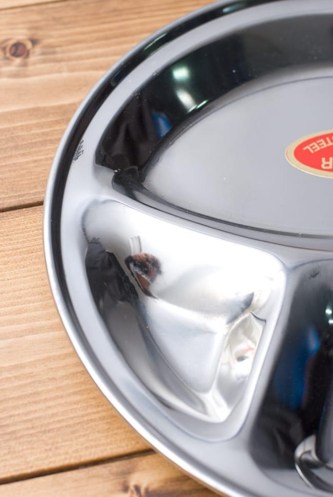 カレー丸皿【31.5cm】良品質 2 - 小さなスペースにスパイシーな漬け物や豆カレー、サブジなどを入れます。