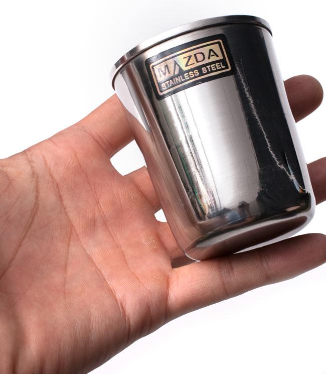 チリチリと音が鳴る!! ステンレスのチャイカップ [直径6.5cm×高さ7.4cm] 5 - サイズ比較のために手に乗せてみました