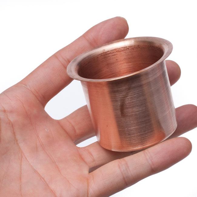 【祭壇用】銅製カップ 【直径:6.5cm】 4 - サイズ比較のために手に乗せてみました