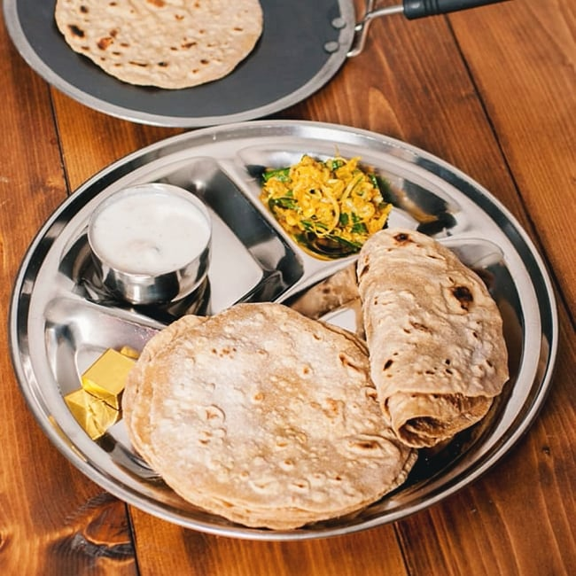 鋼鉄製のチャパティパン[木の把手付き] 5 - 本格的なチャパティが作れますよ