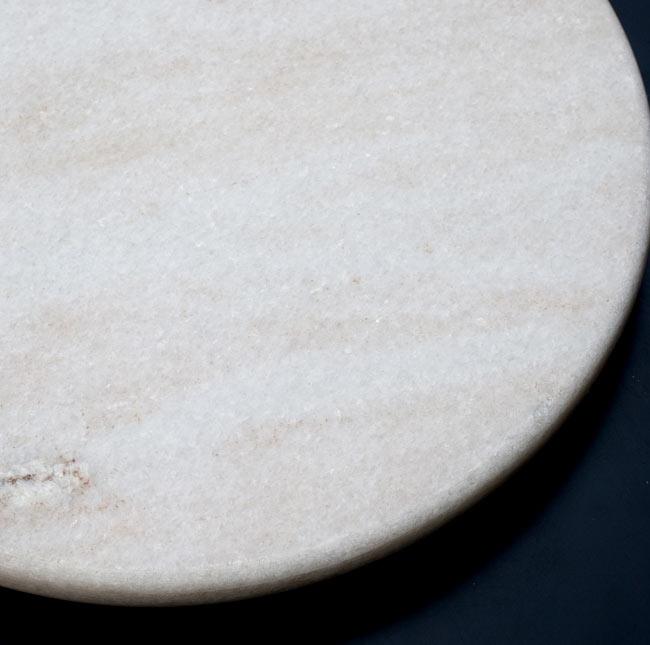 チャパティ用の台 - マーブル製[白系][直径:約25cm、高さ:約2.5cm] 2 - 拡大してみたところです。それぞれ薄っすらと独特な模様が入っていて愛着がもてますよ!