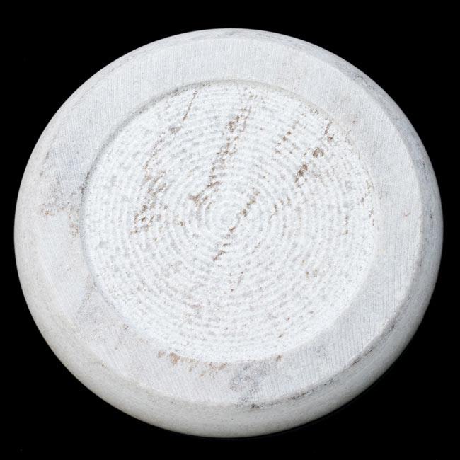 チャパティ用の台 - マーブル製[白系][直径:約25cm、高さ:約2.5cm] 3 - 裏面はこんな感じ。単純に石を削ったチャパティ台です