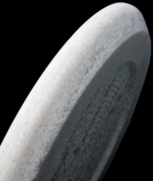 チャパティ用の台 - マーブル製[白系][直径:約25cm、高さ:約2.5cm] 4 - 横からの写真です。しっかりとした厚みがあります。