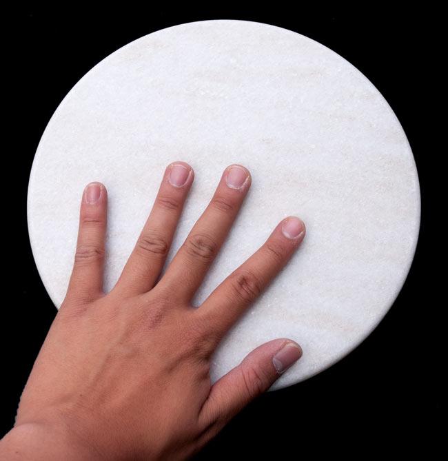 チャパティ用の台 - マーブル製[白系][直径:約25cm、高さ:約2.5cm] 5 - サイズ比較のため、手と一緒に撮影してみました。直径は25cm程度です