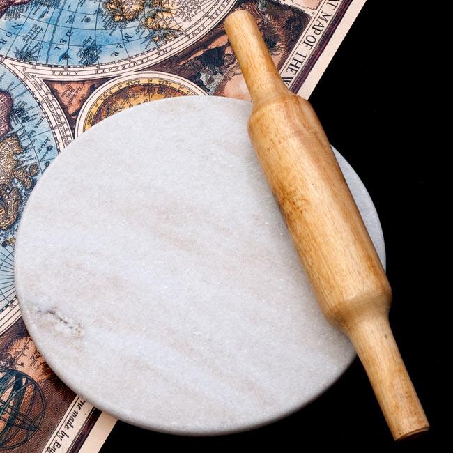 チャパティ用の台 - マーブル製[白系][直径:約25cm、高さ:約2.5cm] 6 - 別売りの綿棒との比較写真です。お月様のようにまんまるで綺麗、重さもあって思い切り伸ばせるチャパティ台です。