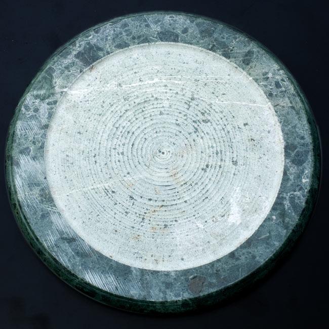チャパティ用の台 - マーブル製[緑系][直径約22.5cm] 3 - 裏面はこんな感じ。緑色のマーブルを削ったチャパティ台です
