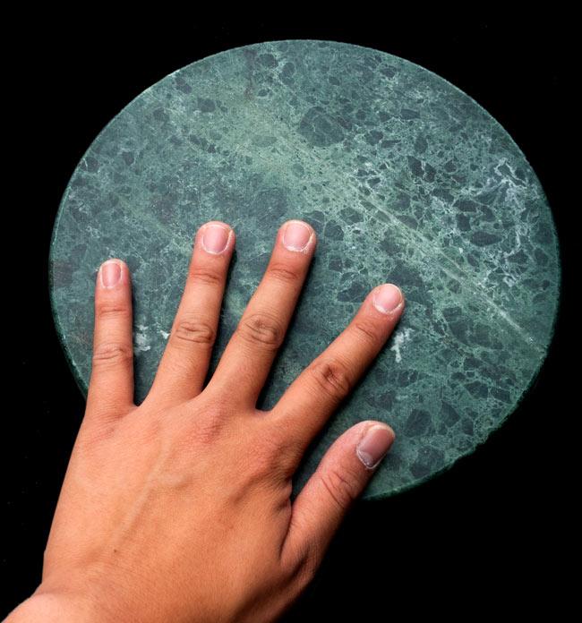 チャパティ用の台 - マーブル製[緑系][直径約22.5cm] 5 - サイズ比較のため、手と一緒に撮影してみました。直径は22cm程度です