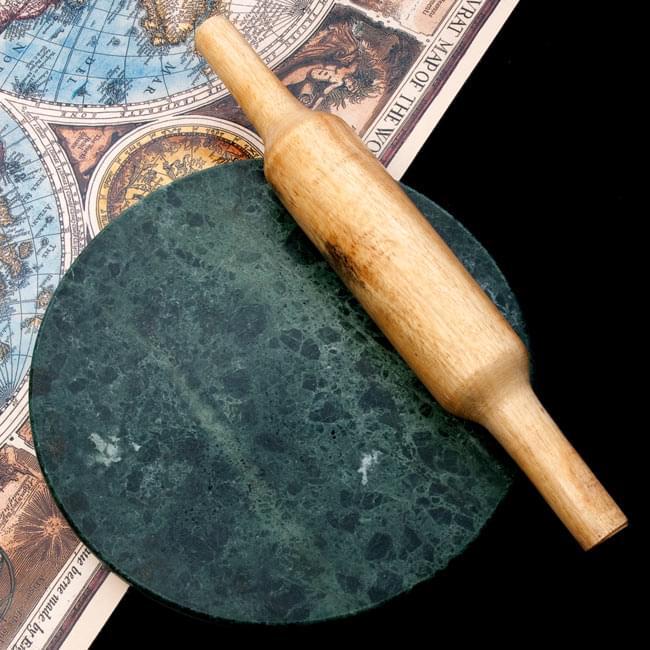 チャパティ用の台 - マーブル製[緑系][直径約22.5cm] 6 - 別売りの綿棒との比較写真です。