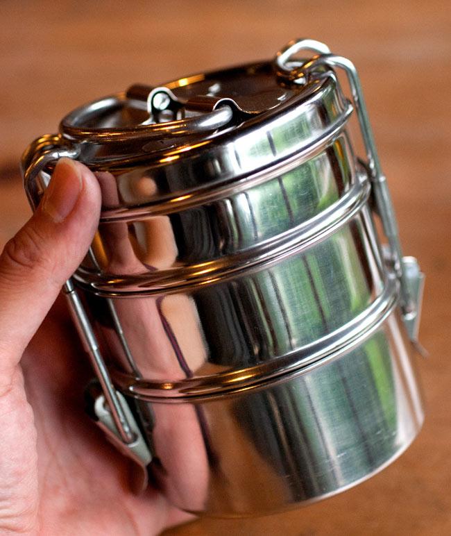 3段インド弁当箱 【少し小盛りサイズ 直径:約9.5cm 高さ:約12cm】 2 - 持ち運びやすいサイズですが、見た目以上にたくさん入ります!