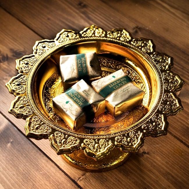 タイのお供え入れ 飾り皿 ゴールドとシルバー〔高さ:約10.5cm 直径:約20cm〕 2 - 上に置いた物がよく映えます。お供え用だけではなく、果物などを置いたり様々な用途にご使用いただけます。