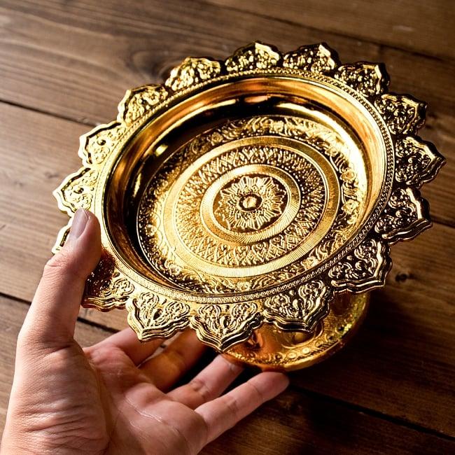 タイのお供え入れ 飾り皿 ゴールドとシルバー〔高さ:約10.5cm 直径:約20cm〕 6 - このくらいのサイズ感になります