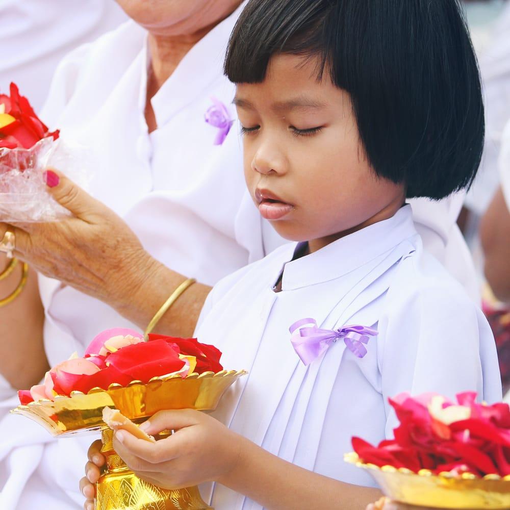 タイのお供え入れ 飾り皿 ゴールドとシルバー〔高さ:約10.5cm 直径:約20cm〕 9 - 類似品が現地でつかわれているところです。仏教徒が多いタイでは、お祈りのときなどに、花びらを入れたりします。