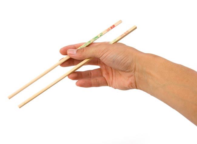タイの竹箸 - 10膳セット 4 - 大きさが分るように、手に持ってみました