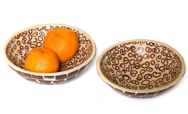 シナモンが香る飾り皿 2枚セットの写真5 - 中に入れるとこんな感じです。フルーツを入れたりアクセサリーを入れたり、インテリアの一部としてお楽しみください。