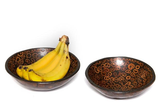 バリのシナモン飾り皿 2枚セットの写真5 - 中に入れるとこんな感じです。フルーツを入れたりアクセサリーを入れたり、インテリアの一部としてお楽しみください。