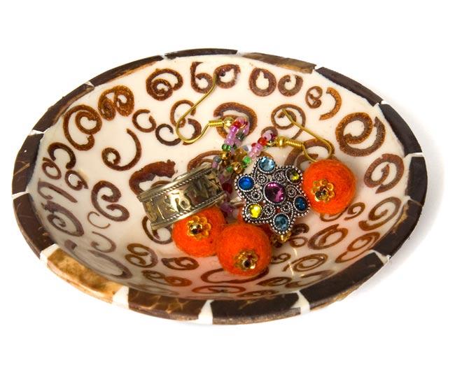 シナモンが香る飾り皿 丸小皿の写真5 - 中に入れるとこんな感じです。フルーツを入れたりアクセサリーを入れたり、インテリアの一部としてお楽しみください。
