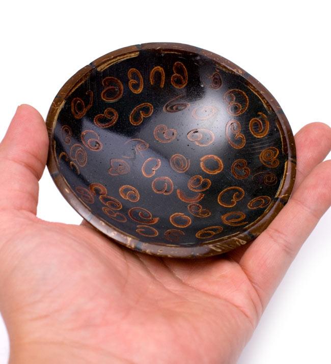 バリのシナモン飾り皿 丸小皿の写真4 - 手に取るとこれくらいの大きさです。