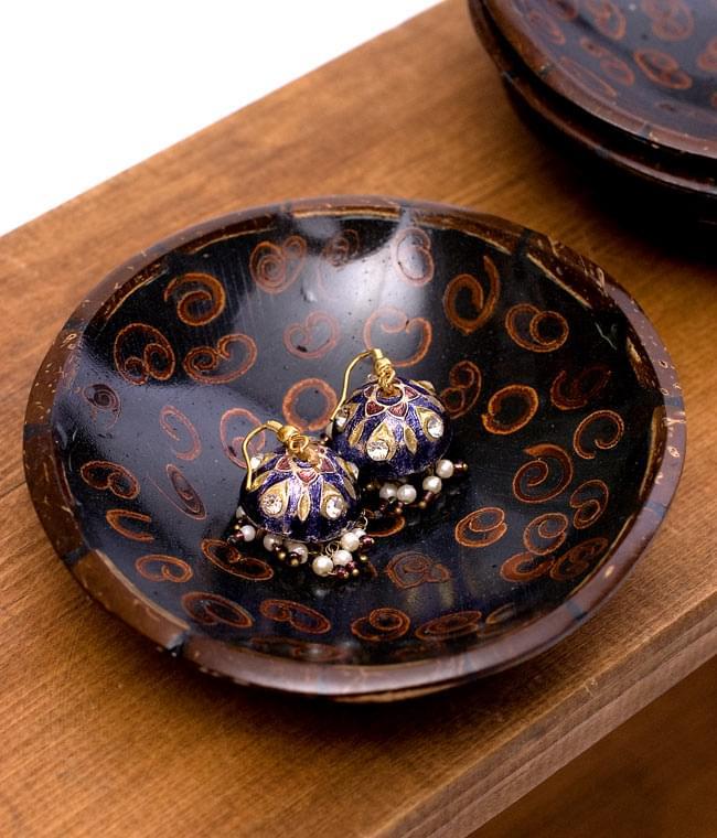 バリのシナモン飾り皿 丸小皿の写真5 - ピアスを載せてみました。ナチュラルな質感ですので、他にも色々な雑貨を入れたり小皿としてお楽しみ頂けます。