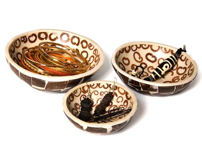 シナモンが香る飾り皿 3枚セットの写真5 - 中に入れるとこんな感じです。フルーツを入れたりアクセサリーを入れたり、インテリアの一部としてお楽しみください。