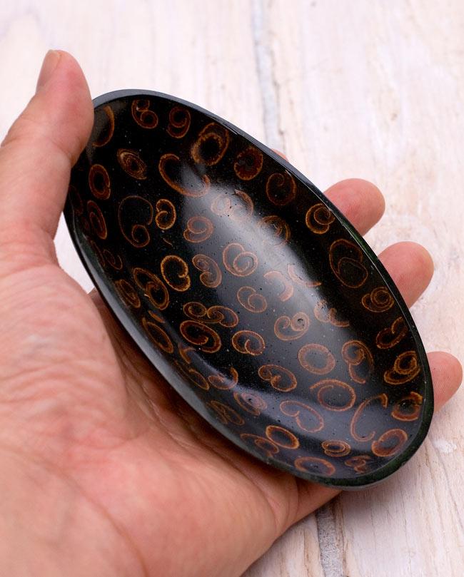 バリのシナモン飾り皿 楕円小皿 の写真5 - 手に取るとこれくらいの大きさです