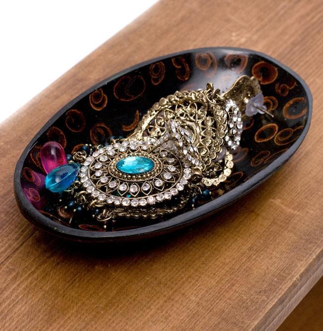 バリのシナモン飾り皿 楕円小皿 の写真6 - ここではジュエリー類を入れてみましたが、色々な使い道のある小皿です