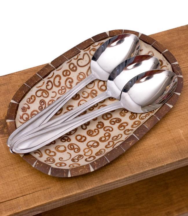 シナモンが香る飾り皿 楕円皿 の写真5 - スプーンを並べてみました。ナチュラルな質感ですので、フルーツを入れたりアクセサリーを入れたり、インテリアの一部としてさまざまな仕方でお楽しみいただけます。