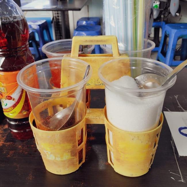 タイのプラ薬味入れ 2 - 現地での使用例です。ナンプラーや砂糖、塩などお好みのボトルをセットしてください。
