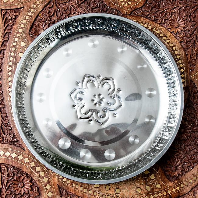 バリのアルミ飾り皿の写真2 - 裏面です。一枚置いてあるだけでも空間がぐっとエスニックになりますね。