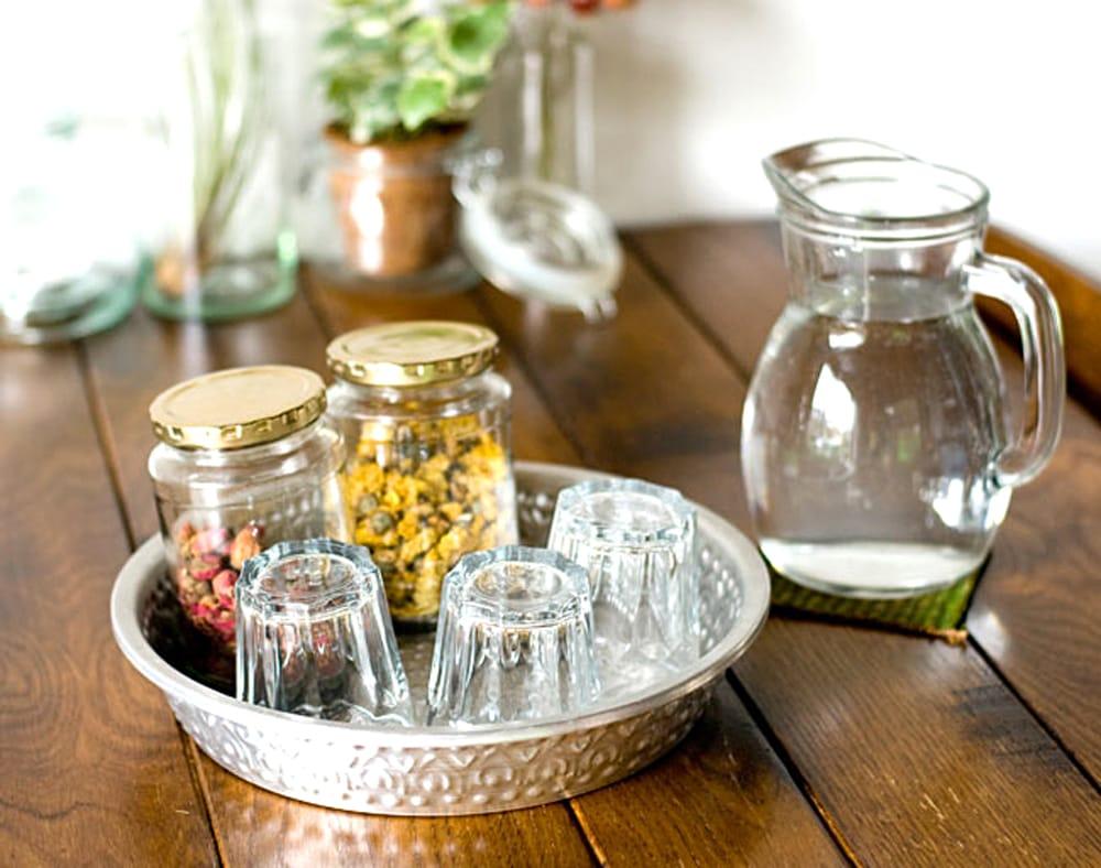 バリのアルミ飾り皿【直径:約25cm】 5 - おもてなしの場面でも楽しくお使い頂けます