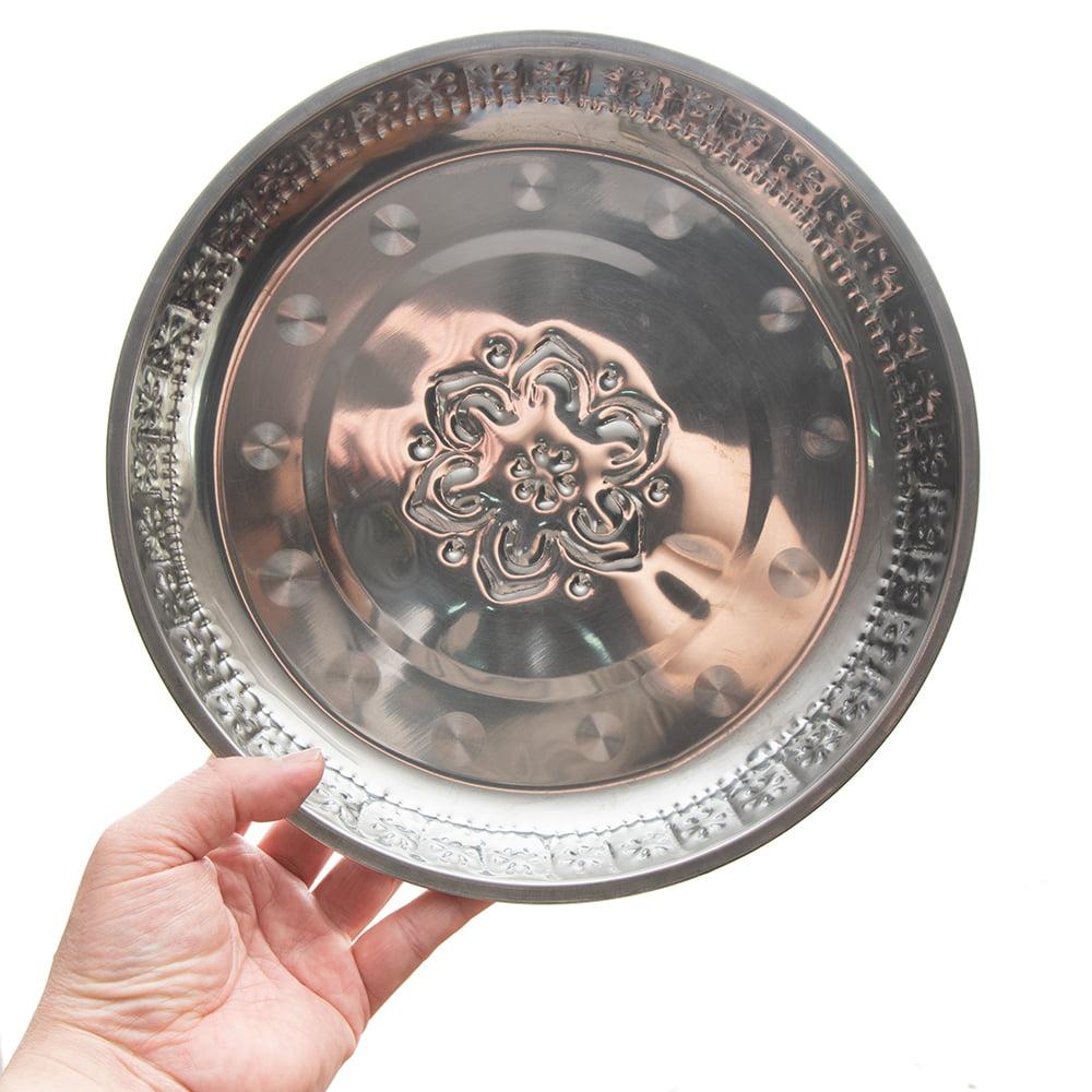バリのアルミ飾り皿【直径:約25cm】 7 - デザイン違いのお皿です。手で持つとこれくらいの大きさです。とても軽いので、複数枚重ねても持ち運びがとても楽です!(同サイズの異なる商品です)
