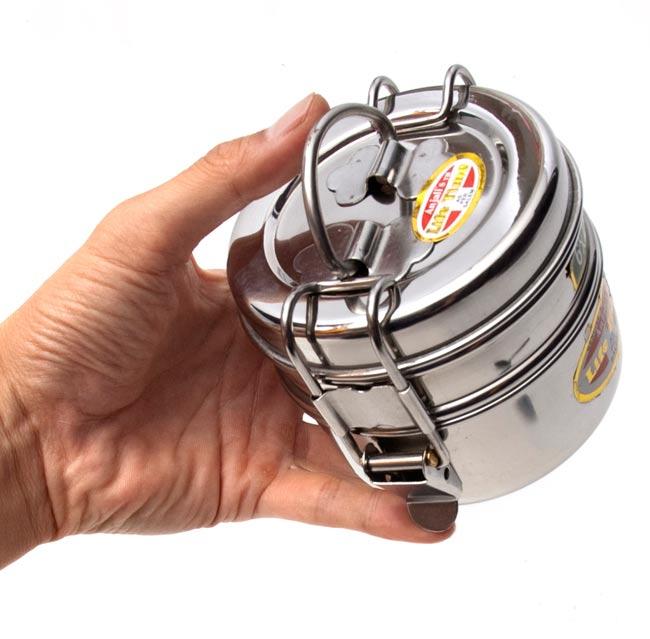 2段インド弁当箱 【少し小盛りサイズ 直径:約10cm 高さ:約8.5cm】の写真3 - 大きを比較するために手に持ってみました