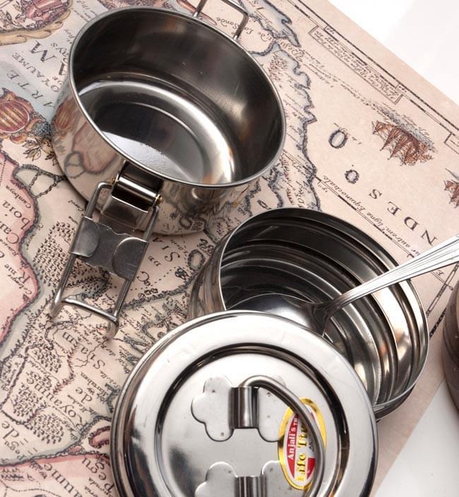 2段インド弁当箱 【少し小盛りサイズ 直径:約10cm 高さ:約8.5cm】の写真5 - もっと雰囲気を出して撮影。インドっぽい!