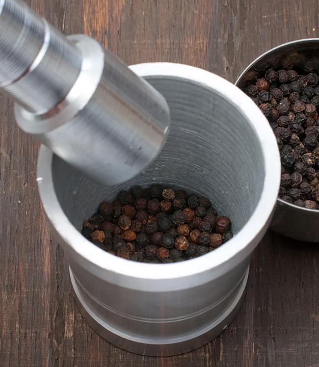 スパイスグラインダー [小] - アルミニウム製 6 - サイズ比較のために手に持ってみました