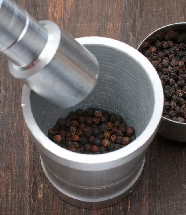 スパイスグラインダー [小] - アルミニウム製 7 - 自分で粉末にしたスパイスは美味しいですよ!是非色々なお料理にお役立ていただけますと幸いです。