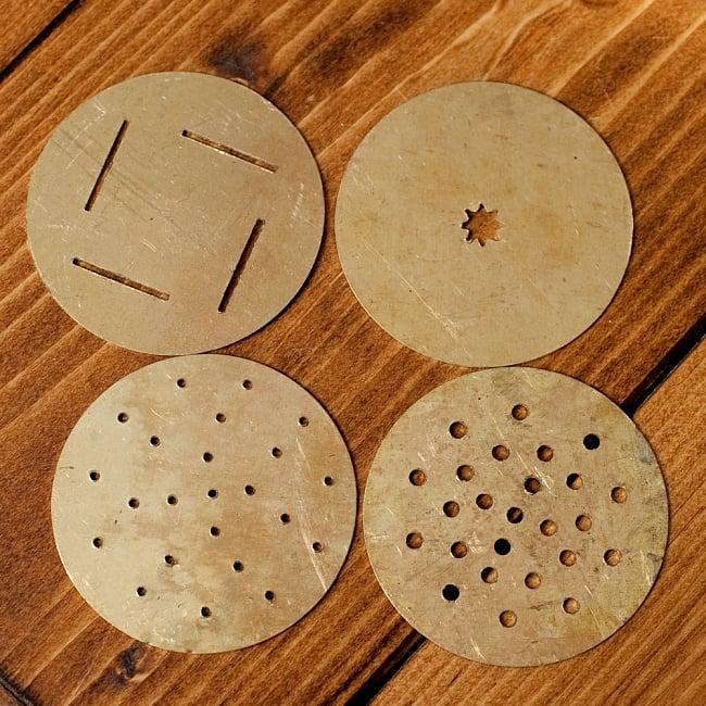 インドのお菓子作成器 - セヴ・サンチャ[Sev sancha]の写真8 - 中には4枚のプレートが入っていて、4種類の絞り出し方ができます。