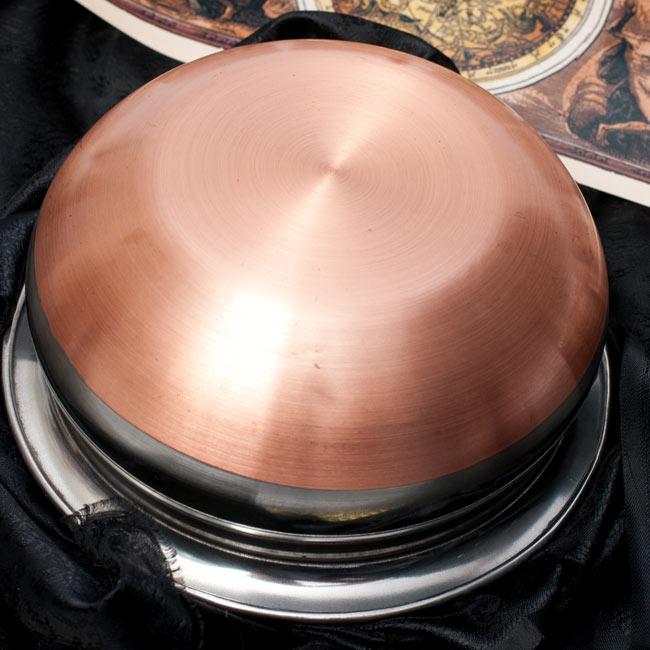 ハンディ - インドの鍋【直径約16.5cm】 4 - 裏面はこのようになっております。底面は伝導率を高める為、銅が使われております。