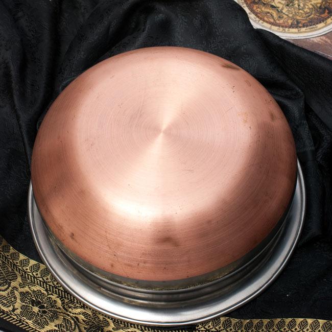 ハンディ - インドの鍋【直径約18.3cm】 4 - 裏面はこのようになっております。底面は伝導率を高める為、銅が使われております。