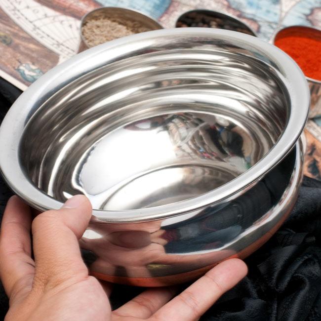 ハンディ - インドの鍋【直径約18.3cm】 5 - サイズを感じていただくため、手に持ってみたところです。
