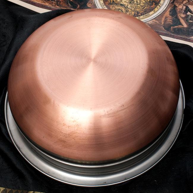 ハンディ - インドの鍋【直径約20cm】 4 - 裏面はこのようになっております。底面は伝導率を高める為、銅が使われております。