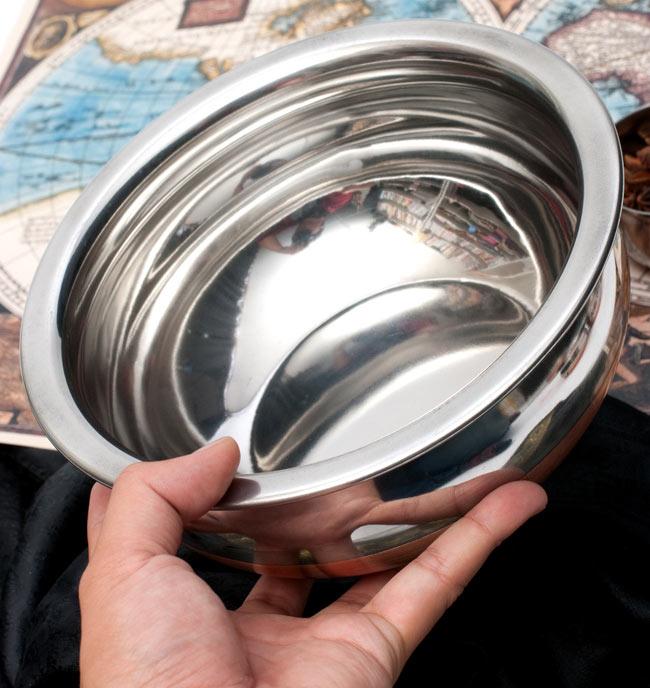 ハンディ - インドの鍋【直径約20cm】 5 - サイズを感じていただくため、手に持ってみたところです。